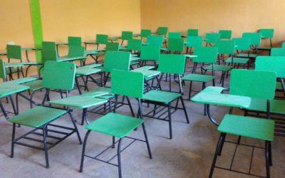 Arriben més de 50 pupitres reparats per a l'Escola John Cook (Hondures)